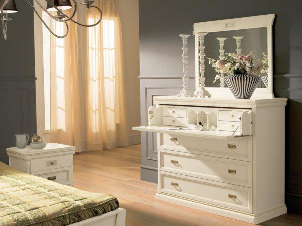 светлый комод с зеркалом в спальне