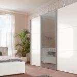 белый шкаф-купе в светлой спальне