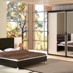 коричневая кровать в спальне