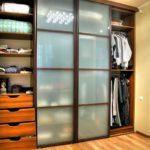 четырехсекционный шкаф-купе в спальне