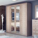 деревянный шкаф-купе в спальне