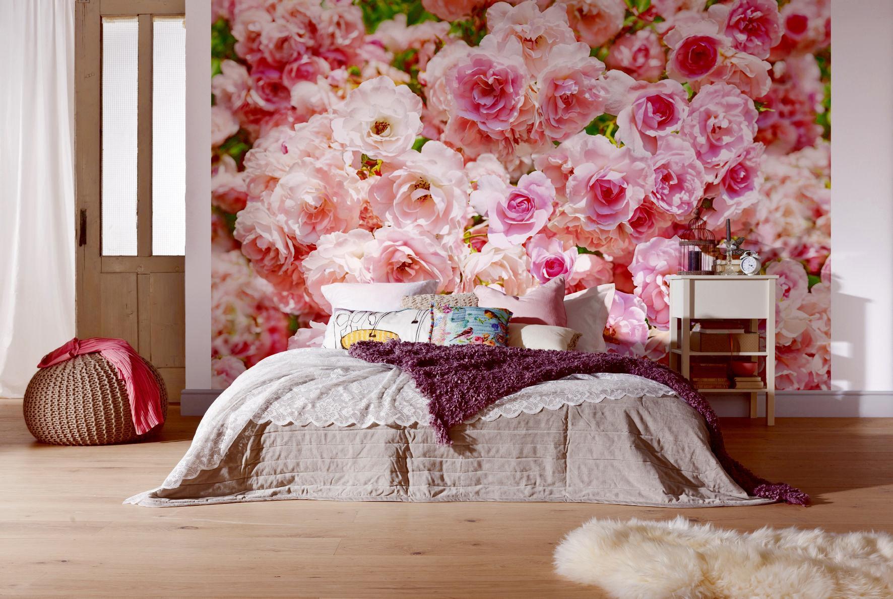 Розовые обои в спальне фото среди них