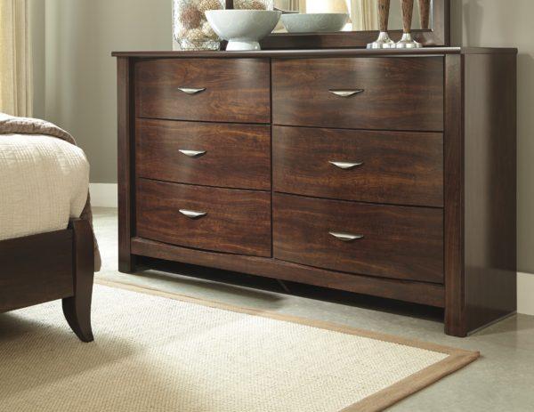 деревянный комод в спальне
