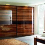 коричневый шкаф-купе в небольшой спальне