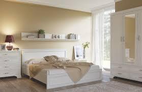 кровать в интерьере большой спальни