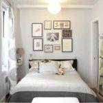 традиционная светлая маленькая спальня