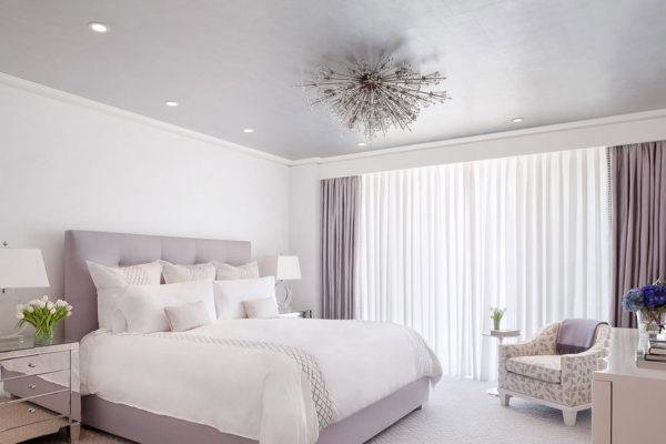 сиреневая кровать в спальне