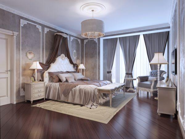 большая красивая кровать в интерьере спальни