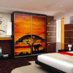 шкаф-купе с рисунком на дверях в спальню