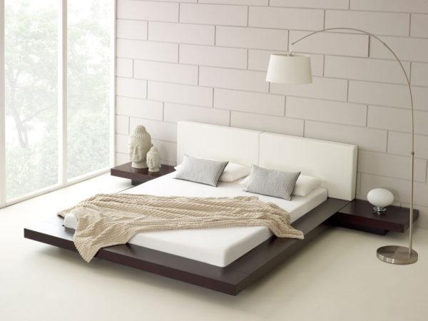 светлая большая кровать в интерьере спальни