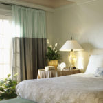 шторы в светлой спальне