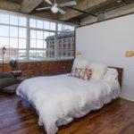 зонирование помещения в спальне с помощью шкафа