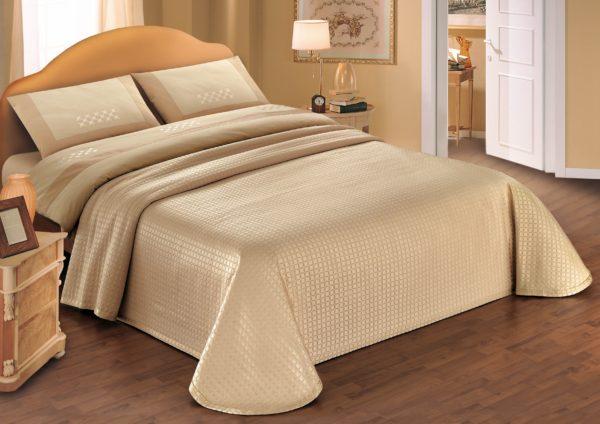 необычный дизайн покрывала на кровать в спальню