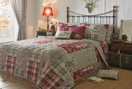 светлое покрывало на кровать в интерьере спальне