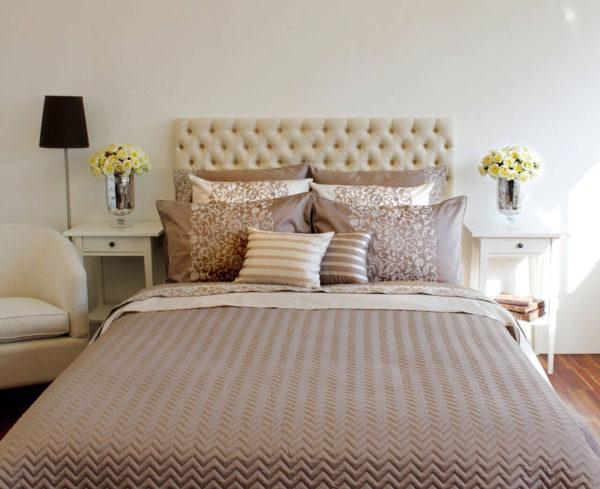 покрывало на кровать в дизайне светлой спальни