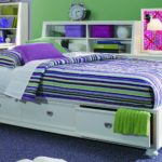 полосатая кровать подростка