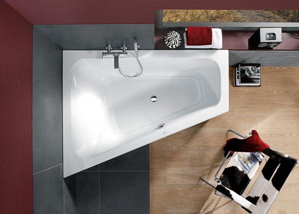 угловая ванна в небольшом помещении