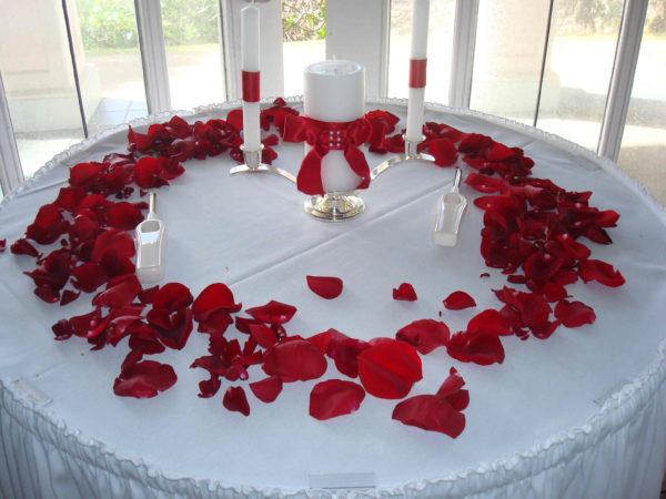 Декор лепестками роз