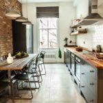 кухня с окном в стиле лофт