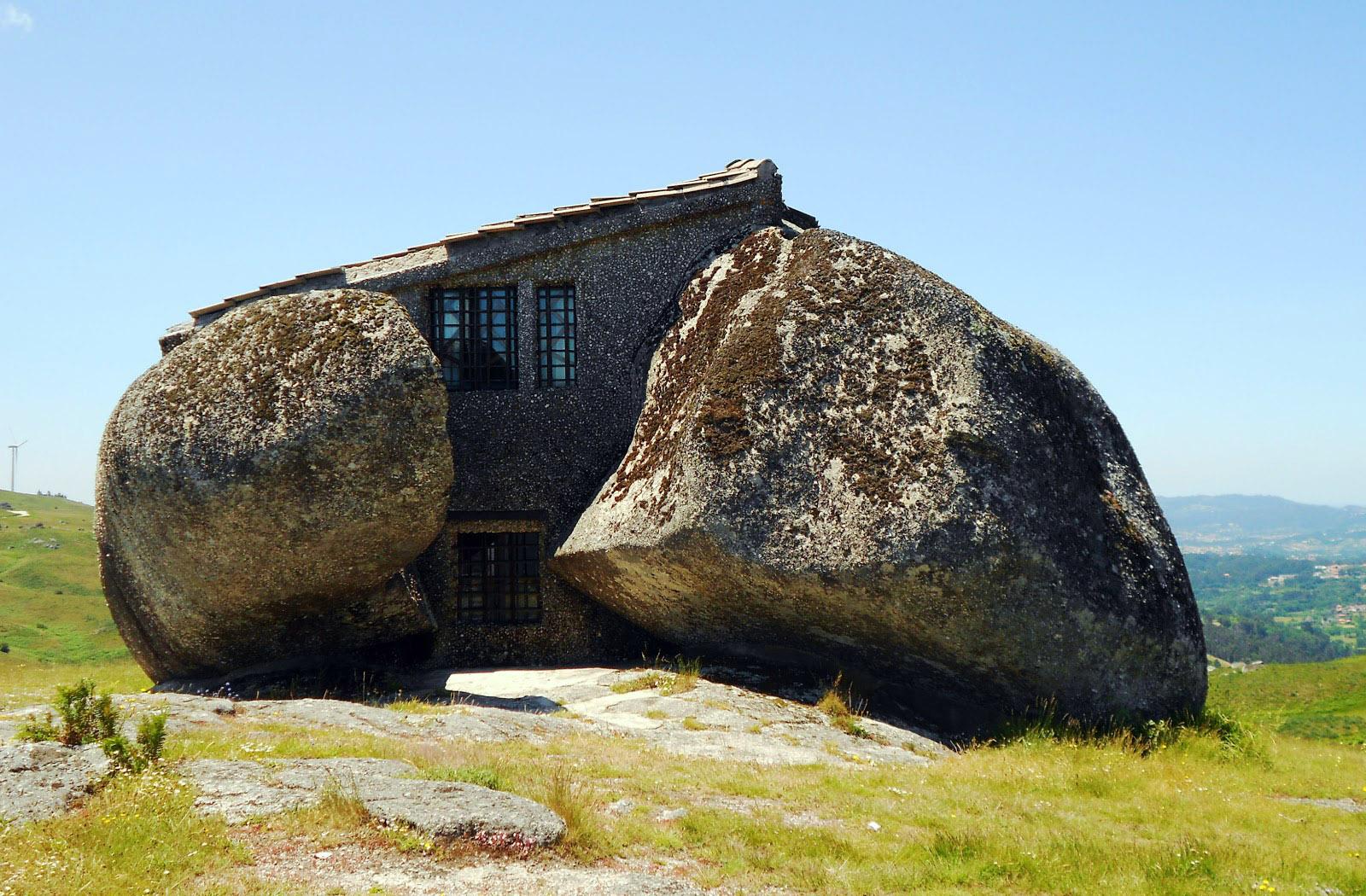 один необычные постройки из камня фото был