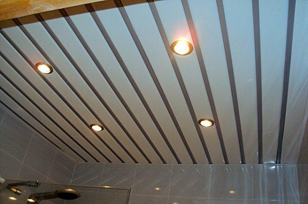 Применение реечных потолков в ванной комнате