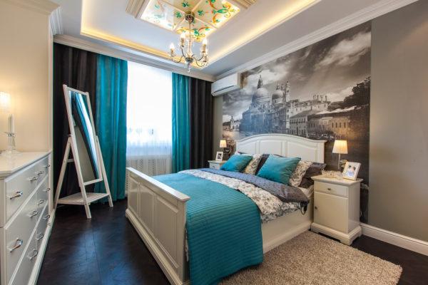 спальня с картиной на стене