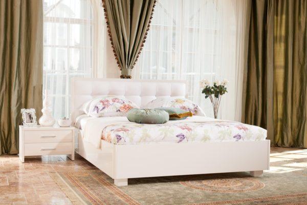белая кровать в светлом интерьере спальни