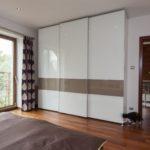 белый шкаф-купе в просторной спальне