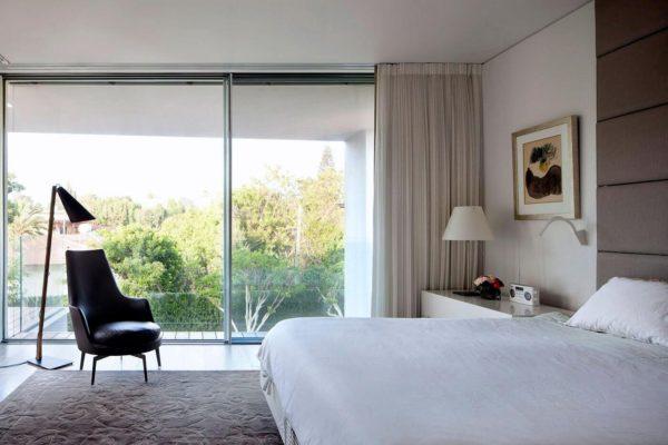 большая спальня в стиле хай-тек
