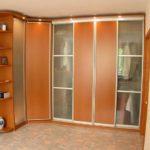 большой оранжевый угловой шкаф
