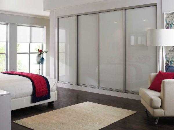 большой шкаф-купе в интерьере спальни