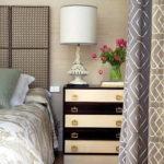 двухцветный оригинальный комод в спальне