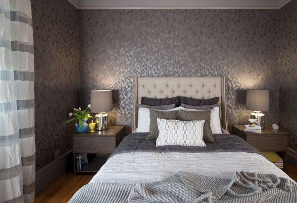 дизайн спальни темные обои