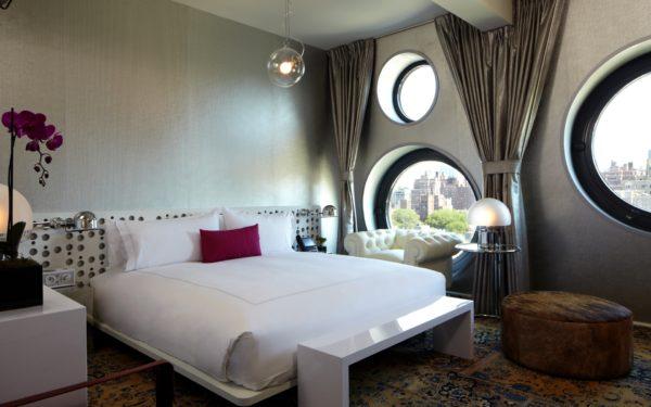 дизайн спальни в стиле хай-тек с оригинальными окнами