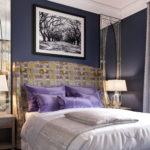 маленькая сиренево-белая спальня