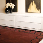 белый комод в интерьере спальни