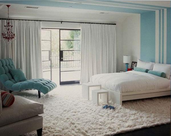 фото белой спальни с яркими акцентами