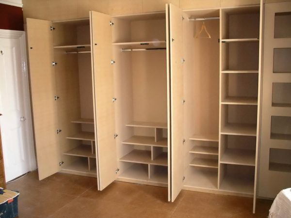 фото углового шкафа с распашными дверями