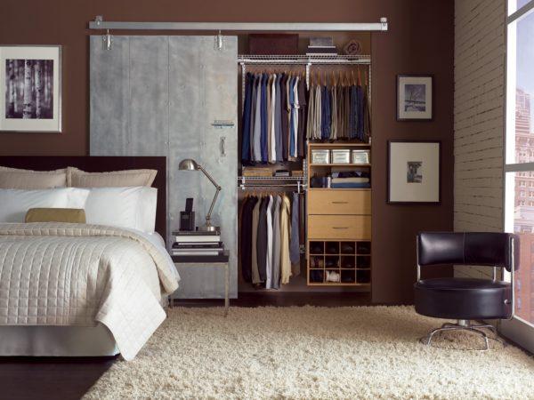 гардеробная в интерьере спальни стиля лофт
