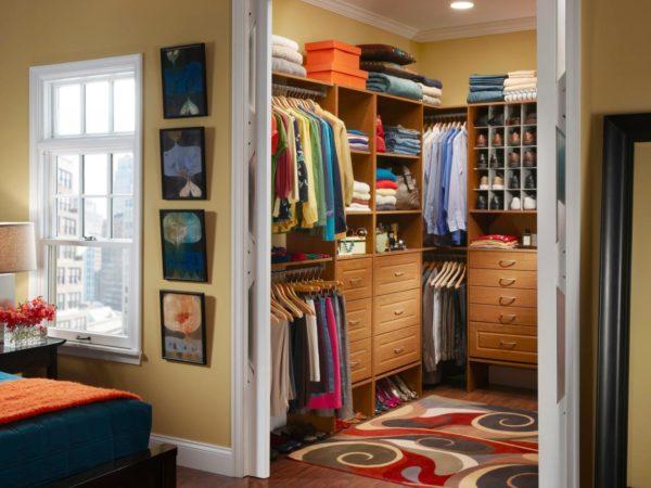 гардеробная в спальне с раздвижными дверями