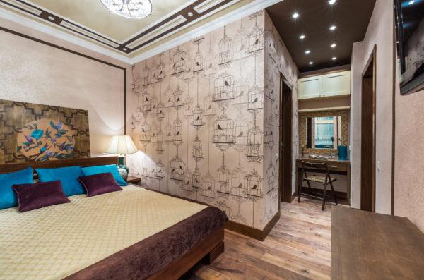 гардеробная в спальне с узорами