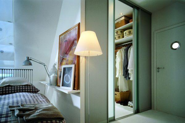 гардеробная в спальне у входной двери