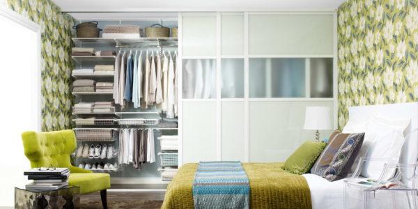 гардеробная во всю стену в спальне