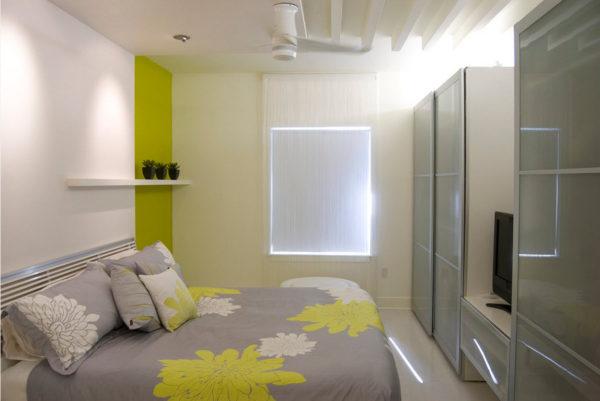 яркое оформление маленькой спальни