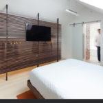 интерьер спальни с гардеробной на чердаке
