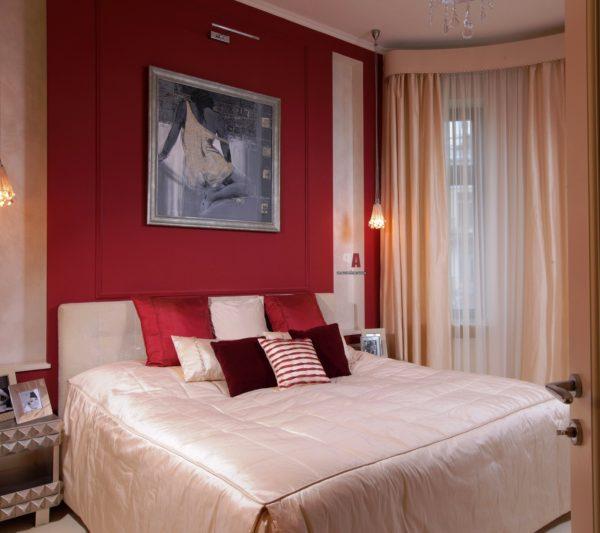 спальня в красно-бежевых тонах