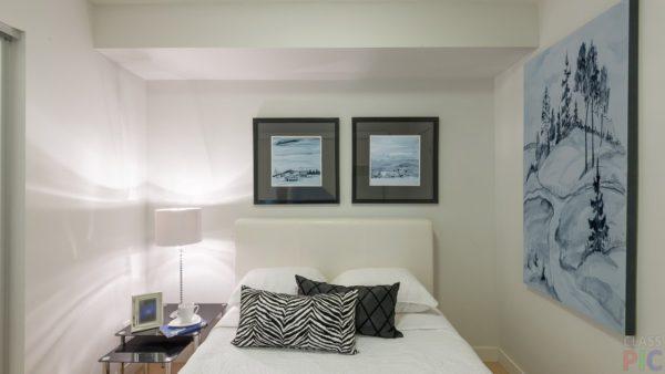 маленькая черно-белая спальня