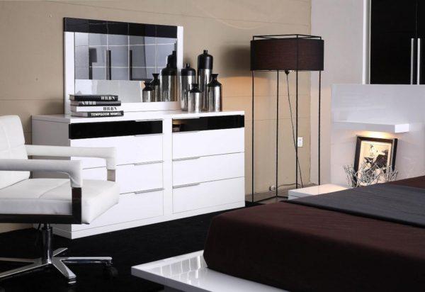 комод с зеркалом в интерьере спальни
