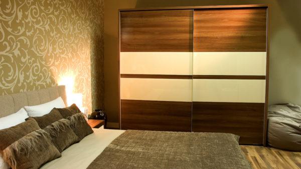 коричневый шкаф-купе в интерьере