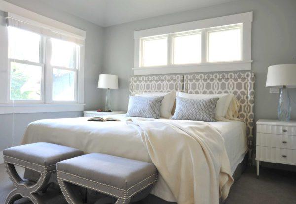 большая оригинальная кровать в интерьере спальни